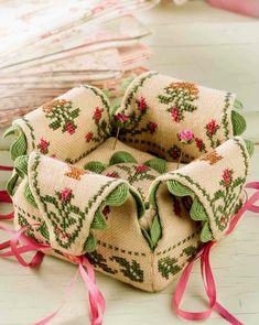 Милые сердцу штучки: Вышивка крестом: Игольница с лепестками Lovely heart things: Cross Stitch: Needle bed with petals