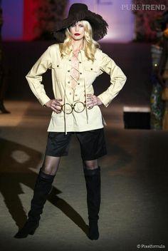 """Yves Saint Laurent : Ensemble """" safari """" porté par Claudia Schiffer sur le défilé rétrospective de janvier 2002."""