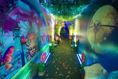 Corredor decorado da festa tema Tomorrowland