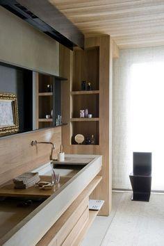 Un meuble de salle de bains avec portes coulissantes