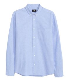 En långärmad skjorta i oxfordvävd bomullskvalitet. Skjortan har button down-krage och en bröstficka. Regular fit.