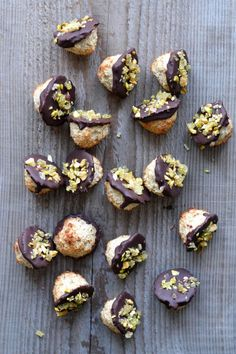 Coconut macaroons (paleo & sugar free) - A tasty love story with chocolate, ginger, and pistachio Paleo Sweets, Paleo Dessert, Dessert Bars, Delicious Desserts, Dessert Recipes, Yummy Food, Paleo Coconut Macaroons, Waffel Vegan, Cookies Et Biscuits