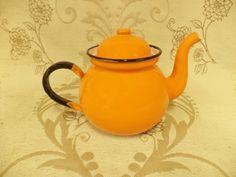 Shabby Chic Kitchen, Farmhouse Style Kitchen, Vintage Shabby Chic, Country Farmhouse, French Vintage, Vintage Shops, Enamel Cookware, Enamel Teapot, French Style