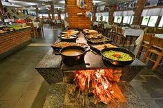 Resultado de imagem para restaurantes com fogão de lenha Table Settings, Videos, Outside Wood Stove, Brick, Cookers, Ovens, Restaurants, Kitchens, Trendy Tree