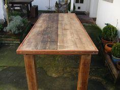 Wunderschöner massiver Holztisch, gefertigt aus altem Bauholz bzw. alten Holzdielen. Der Tisch ist als Gartentisch sowie als Esstisch geeignet.    Die