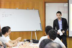 副董事長─Edward針對各部門主管進行提問,引導思考。