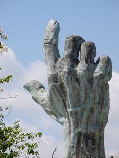 #HolocaustMemorial, una escultura en #MiamiBeach que conmemora aquellos años grises de la Segunda Guerra Mundial.