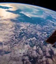ISS video of Earth Another amazing video of Earth caught from the International Space Station. Space Planets, Space And Astronomy, Earth Science, Science And Nature, Science Art, Cosmos, Nasa Space Pictures, International Space Station, Hubble Space Telescope