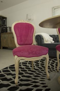Sillas francesas de finales del XIX restauradas y tapizadas en terciopelo rosa.