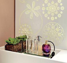Duas suculentas em caixas de vidro provam que até no lavabo é possível ter plantas. Na bancada, elas dividem a área com perfumeiros. Projeto da paisagista Drica Diogo