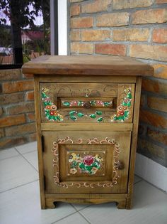 Criado mudo. Peça antiga, reciclada. Pintura decorativa bauer. R$ 450,00 Hand Painted Furniture, Paint Furniture, Furniture Makeover, Cool Furniture, Crafts To Make, Home Crafts, Diy Home Decor, Muebles Shabby Chic, Reclaimed Wood Art