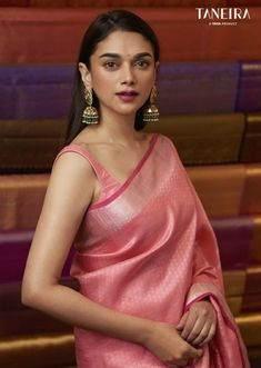 Wedding Saree Styles We've watched an Indian movie even once in our lives and we've all been charmed with these colorful traditional outfits, saree styles. Trendy Sarees, Stylish Sarees, Designer Saree Blouses, Brocade Blouses, Sonam Kapoor, Deepika Padukone, Indian Beauty Saree, Indian Sarees, Silk Sarees
