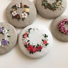 """좋아요 280개, 댓글 22개 - Instagram의 Merryday365_embroidery(@merryday365)님: """"_ Flower wreath 어제밤 한개 더 완성 :) . 도안도,계획도 없이 의식의 흐름대로 완성중이라 지칠때 까지는 폭풍업데이트 예상됩니다ㅎㅎㅎ갑자기 제가 도배를 해도…"""" Embroidery Designs, Floral Embroidery Patterns, Hand Embroidery Tutorial, Silk Ribbon Embroidery, Embroidery Patches, Embroidery Applique, Cross Stitch Embroidery, Flower Embroidery, Brazilian Embroidery"""