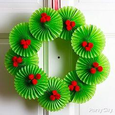 Corona de navidad hecha con mini rosetas de papel y  bayas hechas de pompones. #DecoracionNavidad