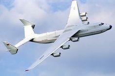 Antonov_An-225_at_Farnborough_1990_airshow_(2)