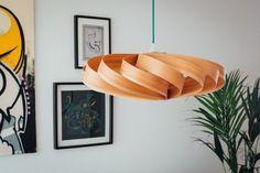 Eine Lampe aus Holzfurnier? wie stark ist das denn bitte? – saustark, wenn Ihr mich fragt! Allerdings ist alles was man kaufen kann zu teuer und selber bauen macht viel mehr Spaß! Nur wie so…