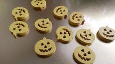 Dřevěný knoflík ve tvaru dýní Dřevěný knoflíkve tvaru dýní. Délka - 17 mm Šířka- 18 mm Cena za 1 ks. Libovolná barevná kombinace. Uveďte do objednávky, o jaké barvy byste měli zájem (viz foto). V případě, že chcete ušetřit na poštovném, máme pro vás možnost zaslání zásilky v obyčejné obálce. Cookies, Desserts, Food, Crack Crackers, Tailgate Desserts, Deserts, Eten, Cookie Recipes, Postres
