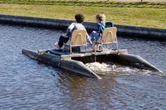Wanneer een reisgenootje dat enkele jaren ouders is al Jimmy tijdens een vaartochtje met een waterfiets vertelt, dat zijn moeder zwanger is, schrikt Jimmy heel hard en doet hij nog meer stomiteiten tijdens de reis. Boat, Rice, Dinghy, Boats, Ship