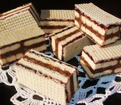 Oblande sa keksom , orasima i žele bombonama Desserts With Biscuits, Mini Desserts, Sweet Desserts, Sweet Recipes, Xmas Cookies, Cake Cookies, Cupcake Cakes, Cupcakes, Cream Cheese Flan
