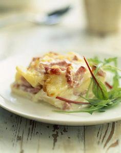 Revisitez votre recette traditionnelle de gratin dauphinois en le cuisinant avec du jambon et des lardons. Un plat très gourmand.