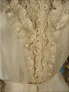 Ivoru silk and lace slightly trained gown. 1909/1910