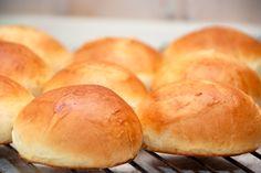 Teboller opskrift: Se her hvordan du laver nemme og lækre teboller, der er luftige og lette i smag og konsistens. Som bageren laver dem. Prøv lige denne teboller opskrift, for bedre hjemmebagte bol…