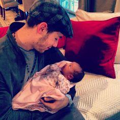 Tío Nicky ya conoce a Alena Rose que hermosos *-* y ella lo mira súper enamorada :$:$ ♥ #añomio #AlenaRoseJonas #Girl #Love #Princess #Niece #KevinJonas #DanielleJonas