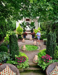 Tour: Fifty Shades of Green An Ohio designer trusts a tone-on-tone palette to power his low-maintenance, high-style planting formula.An Ohio designer trusts a tone-on-tone palette to power his low-maintenance, high-style planting formula. Unique Gardens, Small Gardens, Amazing Gardens, Beautiful Gardens, Outdoor Gardens, Zen Gardens, Garden Design Images, Landscape Designs, Formal Garden Design