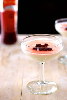 Lavender Panna Cotta - Panna cotta is a traditional Italian dessert, composed of silky flavored cream that is set with gelatin and typically served with a coulis. Gourmet Recipes, Sweet Recipes, Cooking Recipes, Macarons, Coulis Recipe, Easy Desserts, Dessert Recipes, Beef Tongue, Gastronomia