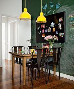 Qual formato de cúpula é mais adequado para a minha mesa? Não existe regra, já que você decora sua casa de acordo com seu gosto. Visualmente falando, mesas quadradas e retangulares são mais versáteis e podem receber pendentes com cúpulas dos mais variados formatos.