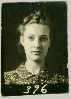 Vintage Hairstyles vintage everyday: 35 Vintage Photobooth Portraits From Between the and… Vintage Pictures, Old Pictures, Vintage Images, Old Photos, Vintage Photos Women, School Portraits, Old Portraits, Vintage Photo Booths, Photos Booth