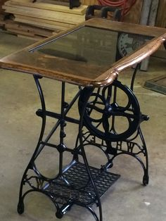 Ideas for sewing machine drawers repurposed free samples Antique Sewing Machine Table, Sewing Machine Drawers, Treadle Sewing Machines, Antique Sewing Machines, Singer Sewing Tables, Singer Table, Furniture Projects, Furniture Makeover, Furniture Update