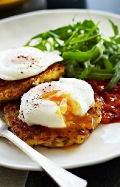 Low FODMAP and Gluten Free Recipe - Quinoa & spinach fritters with eggs & tomato chutney  (Update)  - http://www.ibssano.com/low_fodmap_recipe_quinoa_spinach_eggs.html