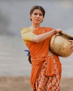 Hot n breath taking stills of Samantha Akkineni from the movie Rangasthalam. Samantha not only looked so beautiful in dull make up but also sizzling. Beautiful Girl Photo, Beautiful Girl Indian, Most Beautiful Indian Actress, Beautiful Saree, Samantha In Saree, Samantha Ruth, Samantha Images, Ariana Grande Drawings, Glamour Ladies