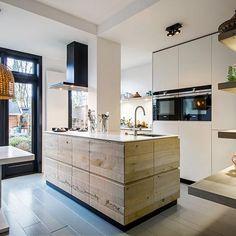Rustic Kitchen, Kitchen Dining, Kitchen Decor, Dining Room, Beach House Kitchens, Home Kitchens, Industrial Scandinavian, Open Plan Kitchen Diner, Oak Cabinets