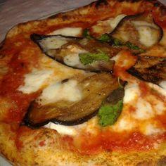 Pizza Sofía Loren en Barcelona.  La mejor pizza que he probado en Barcelona. Masa fina, con mucha sémola y bien fermentada. Ingredientes frescos y de calidad. Y buen tamaño. Siempre a tope.  http://www.onfan.com/es/especialidades/barcelona/la-tarantella/pizza-sofia-loren?utm_source=pinterest&utm_medium=web&utm_campaign=referal
