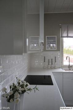 keittiö,valkoinen keittiö,korkeakiilto,moderni keittiö,valkoiset vetimet Beach Kitchens, Home Kitchens, Beautiful Kitchens, Beautiful Interiors, Kitchen Interior, Kitchen Design, Interior Design Presentation, Scandinavian Style Home, Kitchen Images