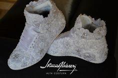 Julia lució estas botas bordadas con encaje en su cumple de quince. Son ideales para divertirte durante el baile sin las molestias de los tacos altos. Pueden realizarse con cualquier zapatilla blanca, y cada par es una pieza única.