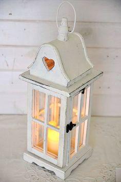 Biała drewniana latarnia ze szprosami i wyciętym sercem - Lampy, świeczki i świeczniki - Velvet House