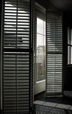 Shutters: van klassiek tot modern, shutters passen in elk interieur. Lamp Store, Modern Classic, White Doors, Window Decor, Modern Deco, Summer House, Modern, Window Treatments, Shutters