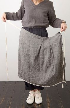 co-fu 奥田早織の布パンツ(黒) - poooL (online shop) Japanese Apron, Japanese Sewing, Sewing Clothes, Diy Clothes, Textiles, Look Fashion, Womens Fashion, Fashion Design, Linen Apron