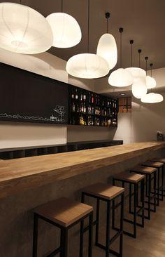 Juega con la posición y las formas de las lámparas en tu restaurante.