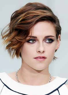 Chanel favorite Kristen Stewart showed up at the brand's haute couture show this week with side-swept hair and a mesmerizing navy-tinged smoky eye. Kristen Stewart Cheveux Courts, Kristen Stewart Short Hair, Kristen Stewart Hairstyles, Kristen Stewart Fashion, Kirsten Stewart, Pixie Hairstyles, Cool Hairstyles, Haircuts, Hair Inspo