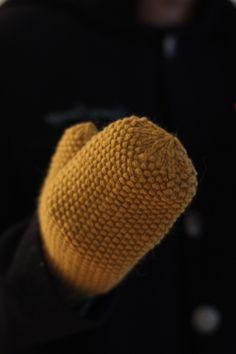 Frida votter | Kretido Knitting Patterns Free, Free Pattern, Sewing Patterns, Yarn Needle, Needle And Thread, Yarn Store, Seed Stitch, Mittens Pattern, Wrist Warmers