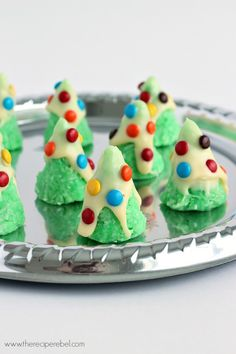 21 of the most simple, adorable and yummy looking Christmas cookies for the kids to help make! www.kidfriendlyth...