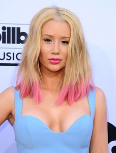 Iggy Azalea puts a new spin on the pastel pink hair trend, by playing with a summer-worthy dip dye...