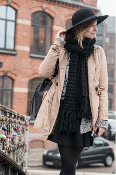Winter Style: Trenchcoat and black Hat, black Scarf, grey Marc Jacobs Sweater - Hamburg, Streetstyle, Outfit, Blogger