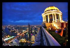 The Sky Bar at Lebua Hotel on top of the State Tower is without a doubt the most famous rooftop bar in Bangkok. It was already famous since its opening for it good location no far from the river, it's height and mostly for its golden dome. But after being featured in the Hangover II, it suddenly became a must on every traveller's list. Now is it my favourite bar? Not quite.