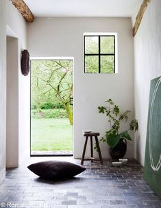 Moka & Vanille is a restored brick farmhouse in Belgium, turned into an inviting and beautifully decorated countryside Bed & Breakfast. Style At Home, Modern Rustic, Modern Farmhouse, Restored Farmhouse, Modern Entry, Farmhouse Interior, Home Deco, Interior Architecture, Interior And Exterior