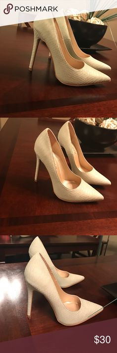 Classic pump Display worn | size 6 | classic Pump | Shoe Republic LA Shoes Heels